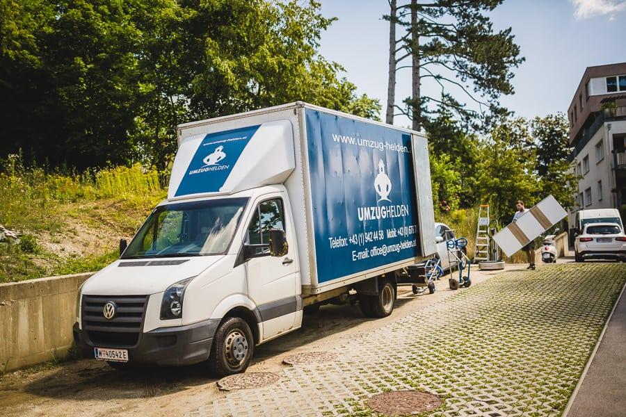 Der Transporter von den UmzugHelden wird beladen beim Umzug Wien Berlin.