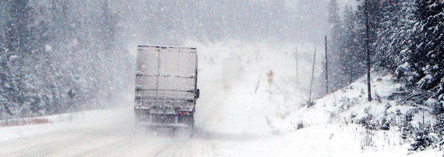 Lkw auf eisiger Strasse bei einem Umzug im Winter.