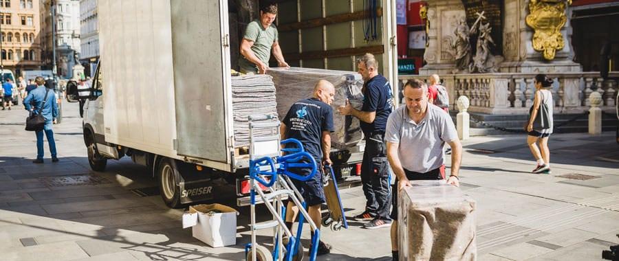 Schwere Möbel werden sicher transportiert beim Umzug Wien Schweiz.