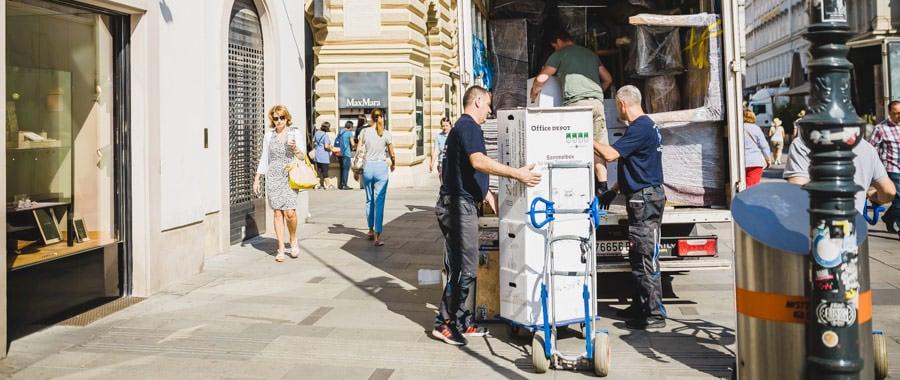 Möbelpacker von den UmzugHelden beim ausladen während des Umzug Wien Frankfurt