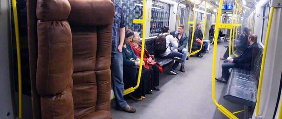 Couch in der U-Bahn beim Umzug mit öffentlichen Verkehrsmitteln - öffis.