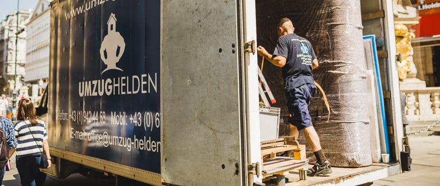 Umzugsfirma beim einladen in den LKW während des Umzug Wien Passau.