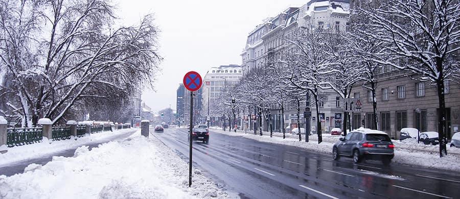 Beschneite Strasse beim Firmenumzug Wien im Winter.