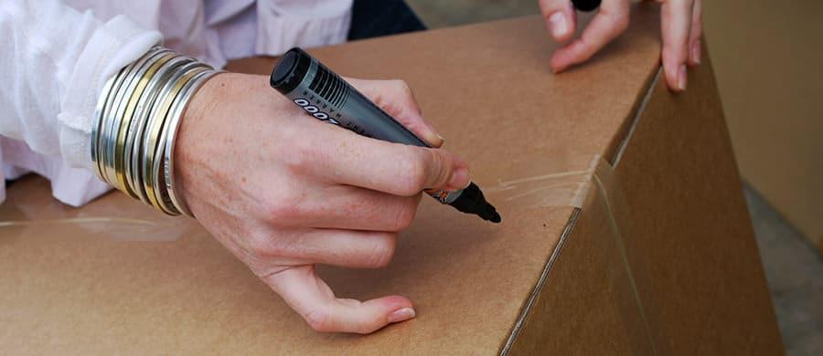Besser den Umzug organisieren und die Umzugskartons beschriften.