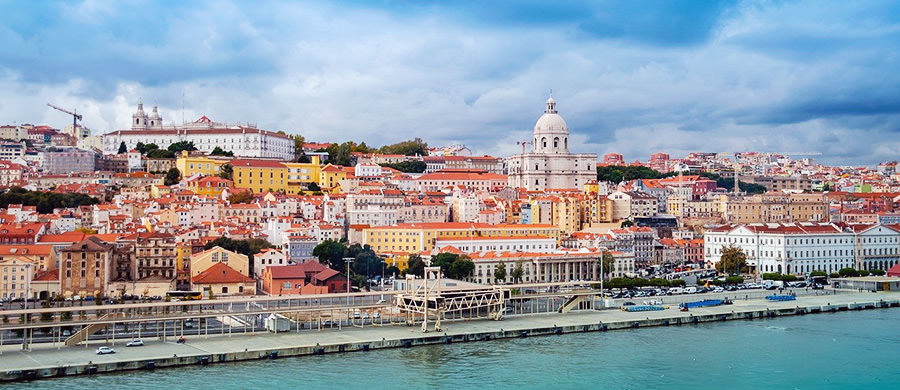 Nach dem geschafftem Umzug Wien Lissabon, können Sie den Lisboner Hafen bestaunen.
