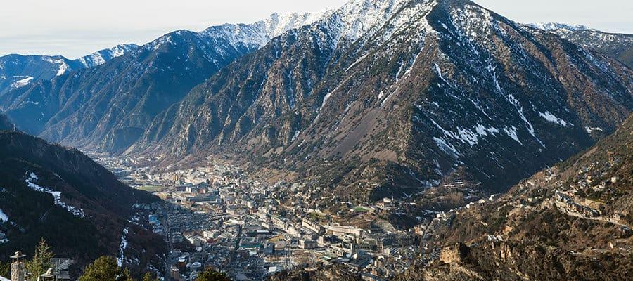 Nach dem Umzug von Wien nach Andorra, die Aussicht in Andorra geniessen.