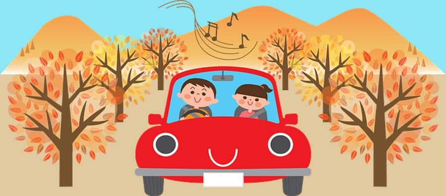 Rotes Auto beim Umzug im Herbst.
