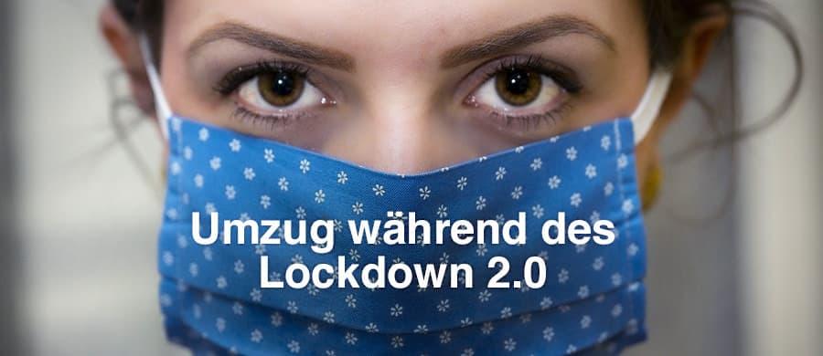 Frau trägt Schutzmaske beim Umzug während Corona-Lockdown